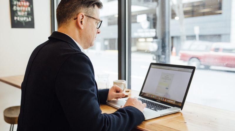 Mężczyzna w sile wieku - planujący biznes